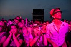 TRENCIN, ESLOVÁQUIA - 7 DE JULHO: Multidão na frente da fase nos vagabundos Imagens de Stock