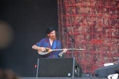 Trencin, Eslovaquia - 9 de julio de 2011: Lu Edmonds que juega el bouzouki vivo con la imagen pública PIL limitado, ex Sex Pistol fotos de archivo libres de regalías