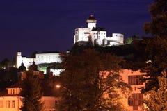 Trencin slott på natten Royaltyfria Bilder