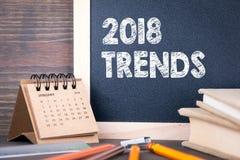 2018 trendów papierowy kalendarz i chalkboard na drewnianym stole Obrazy Stock