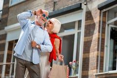 Trendig äldre familj som har en gå, når att ha shoppat arkivfoto