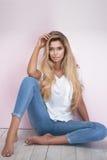 Trendig blond kvinna på rosa bakgrund Royaltyfri Bild