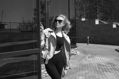 Trendig blond modellflicka i solglasögon arkivfoton
