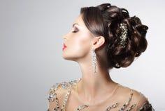 Trendig brunett med dräktsmycken - moderiktiga bergkristaller och Strass royaltyfri foto