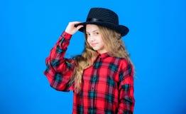 Trendig dräkt för kall cutie lycklig barndom Ungemodebegrepp Kontrollera ut min modestil Modetrend hur royaltyfri bild