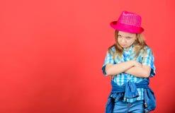 Trendig dräkt för kall cutie lycklig barndom Ungemodebegrepp Kontrollera ut min modestil Modetrend mening royaltyfri fotografi
