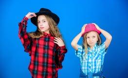 Trendig dräkt för kall cutie lycklig barndom Ungemodebegrepp Kontrollera ut vår modestil Modetrend flickor arkivfoto