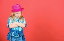 Trendig dr?kt f?r kall cutie lycklig barndom Ungemodebegrepp Kontrollera ut min modestil Modetrend mening royaltyfri foto