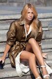 Trendig flicka i höststad Royaltyfri Foto