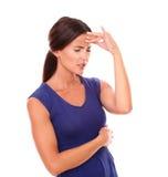 Trendig flicka med handen på head och stängda ögon Royaltyfri Bild