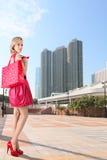 Trendig flicka på shopping fotografering för bildbyråer