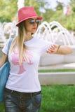 Trendig flicka som ser klockan Royaltyfri Bild