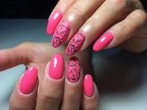 trendig glansig och matte rosa manikyr arkivbilder