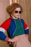 Trendig grabb i stilfull kläder från 90-tal Royaltyfri Fotografi
