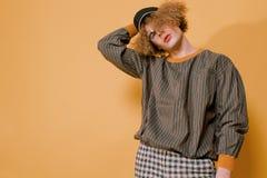 Trendig grabb i stilfull kläder från 90-tal Arkivfoto