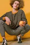 Trendig grabb i stilfull kläder från 90-tal Royaltyfria Bilder
