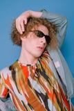 Trendig grabb i stilfull kläder från 90-tal Arkivbilder