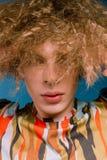 Trendig grabb i stilfull kläder från 90-tal Royaltyfri Foto