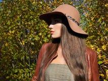 Trendig härlig kvinna för höst i hatt royaltyfri bild