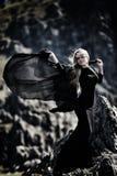 Trendig härlig kvinna med den utomhus- svarta klänningen Royaltyfri Bild