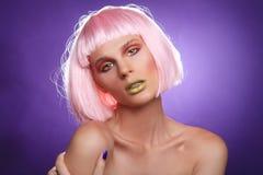 Trendig härlig kvinna som bär en utformad perukCloseup Royaltyfri Bild