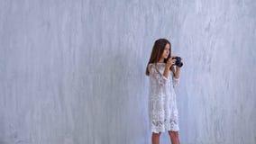 Trendig härlig skolflickaflicka med en kamera stock video