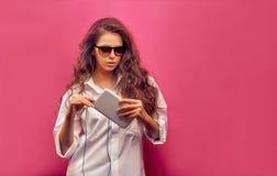 Trendig härlig ung kvinna i en vit skjorta i exponeringsglas w Arkivbild