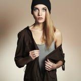 Trendig härlig ung kvinna i hatt blond flicka för skönhet i lock tillfällig wear Fotografering för Bildbyråer