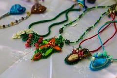 Trendig handgjord tillbehör för kvinnor Dekorativa pärlhalsband och armband royaltyfria bilder