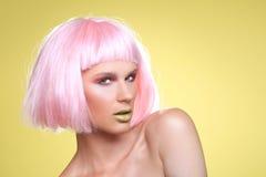 Trendig härlig kvinna som bär en utformad perukCloseup Fotografering för Bildbyråer