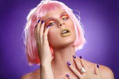 Trendig härlig kvinna som bär en utformad perukCloseup Royaltyfria Bilder