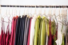 Trendig kläder hänger i lagret royaltyfri bild