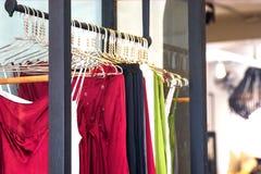 Trendig kläder hänger i lagret royaltyfria bilder