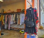 Trendig kläder i ett boutiquelager arkivbilder