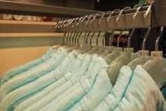 Trendig kläder i ett boutiquelager i Venedig arkivbilder