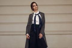 Trendig kvinna, härlig modell In Fashion Clothes i gata royaltyfria bilder