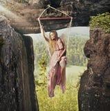 Trendig kvinna i berg Royaltyfri Fotografi