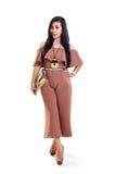 Trendig kvinna i full längd för beige klänning royaltyfri bild