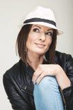 Trendig kvinna i hatt Royaltyfria Bilder