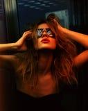 Trendig kvinna i nattklubb Royaltyfria Bilder