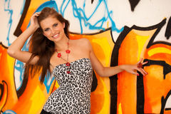Trendig kvinna med blured graffitti i bakgrund Royaltyfria Bilder