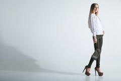 Trendig kvinna med en påse i ljus bakgrund Fotografering för Bildbyråer