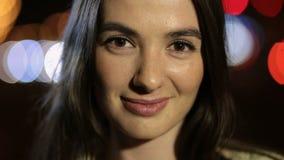 Trendig kvinna med perfekt leende i nattstad stock video