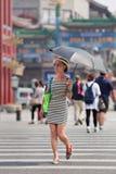 Trendig kvinna med slags solskydd, Peking, Kina Royaltyfria Bilder