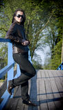 Trendig kvinna på bron Arkivbild