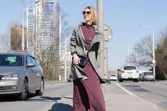 Trendig kvinna på tvärgatorna i staden Royaltyfri Foto