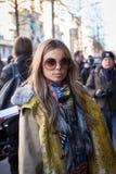 Trendig kvinna som poserar på veckan för mode för Milan Men ` s Arkivbilder