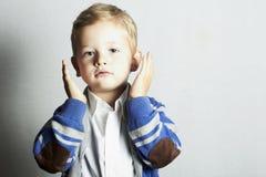 Trendig liten boy.stylish-unge. modebarn Royaltyfria Bilder