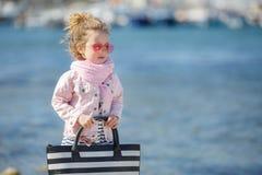 Trendig liten flicka i rosa solglasögon Begreppet av sommarsemestrar royaltyfri bild