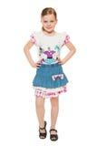 Trendig liten gullig flicka i skjortan och kjolen, full längd som isoleras på vit bakgrund arkivfoto